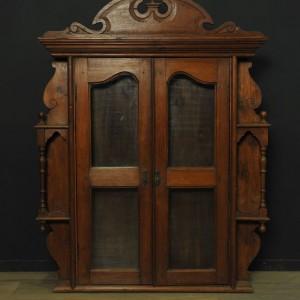 Vitrine en bois sculpté
