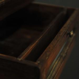 cabinet vertical en bois a tiroirs vitres (5)