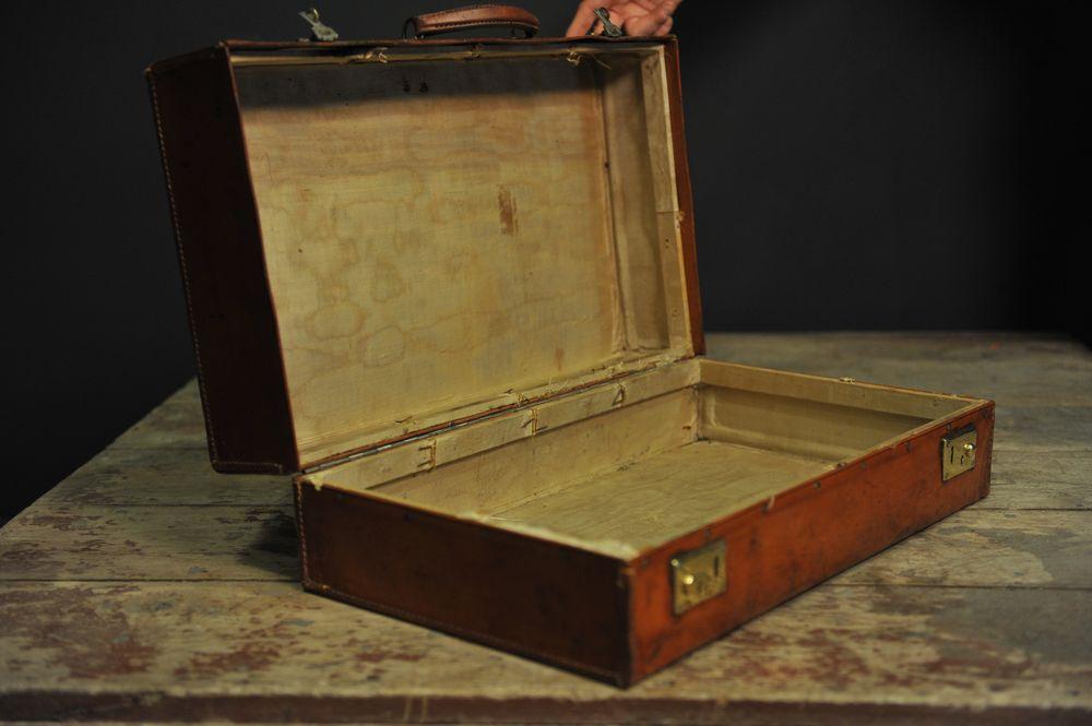 valise en cuir fermoirs en laiton w t mes d couvertes. Black Bedroom Furniture Sets. Home Design Ideas