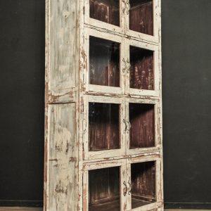 Armoire vitrée en bois patiné d'époque