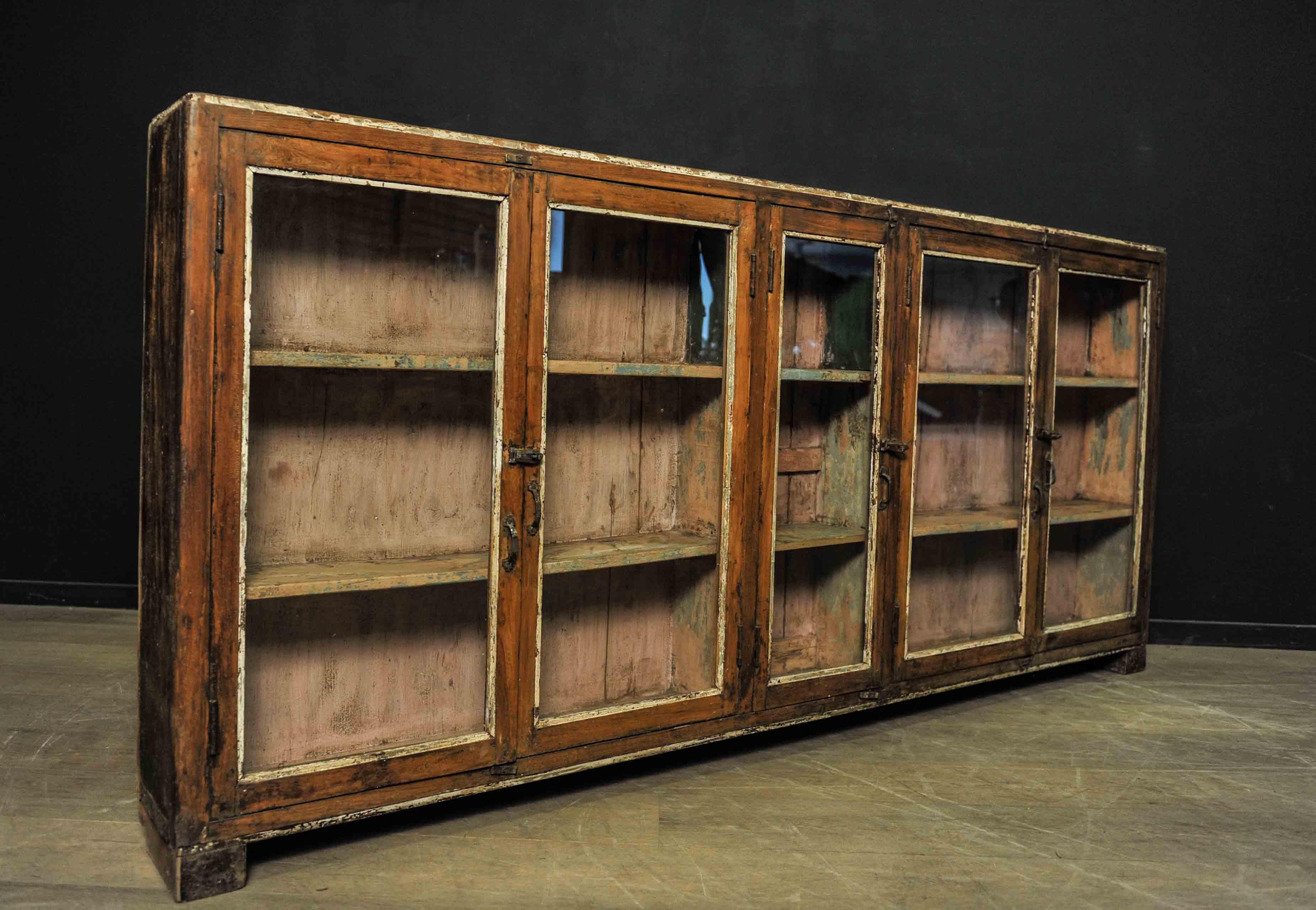 vitrine poser en bois patin mes d couvertes. Black Bedroom Furniture Sets. Home Design Ideas