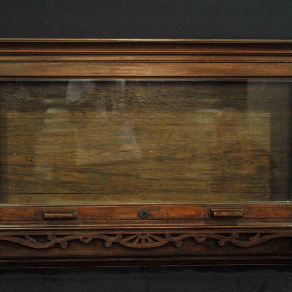 Vitrine murale en bois sculpté d'époque