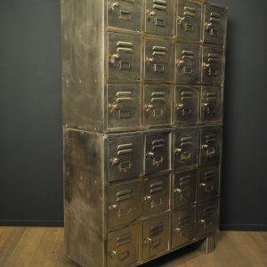 Meuble industriel en métal à casiers