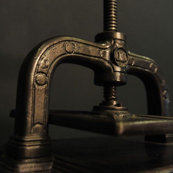 Grande presse à livre en fonte et laiton
