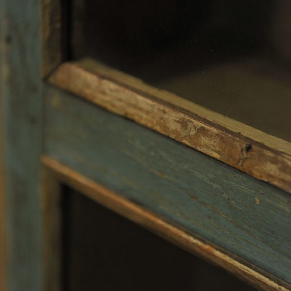 Vitrine murale en bois patiné bleu