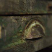 Colonne à 10 tiroirs en bois patiné vert