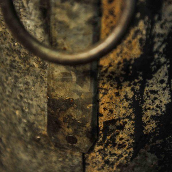 Grand seau en métal à anneaux