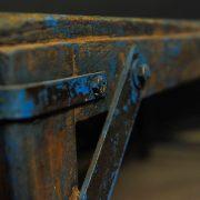 Table en bois foncé
