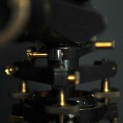 niveau vintage laiton collection sur tripode bois
