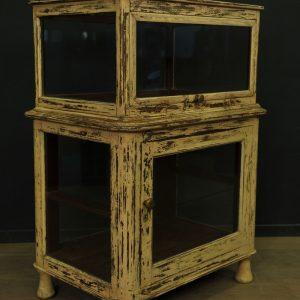 Cabinet vitré en bois patiné 4