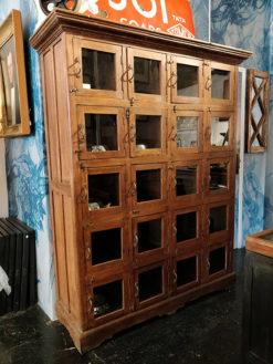 Grand cabinet en bois à 20 portes vitrées