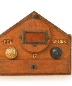Urne de vote en bois - Cabinet de curiosités - Julien Cohen Affaire Conclue