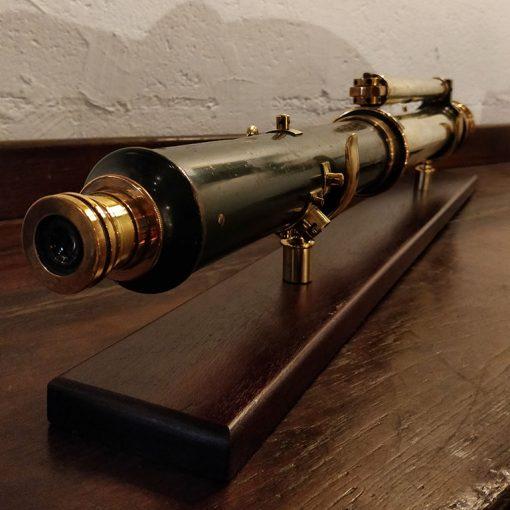 Longue vue militaire sur son socle en bois et laiton
