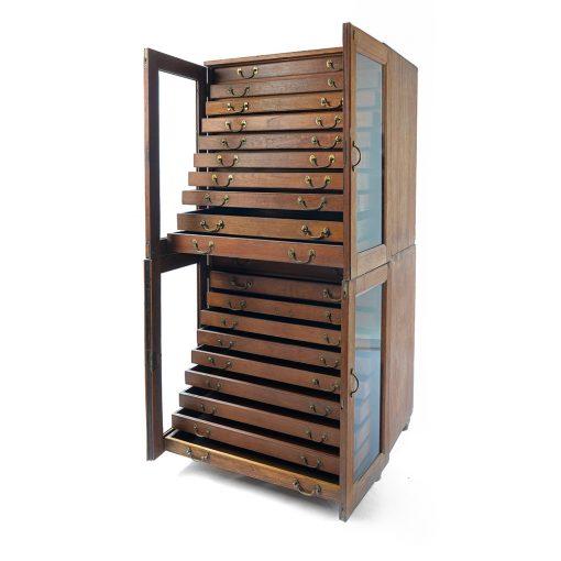 Meuble en bois à 20 tiroirs avec sa porte vitrée