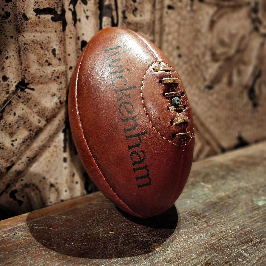 Reproduction de petite balle de rugby en cuir des années 50