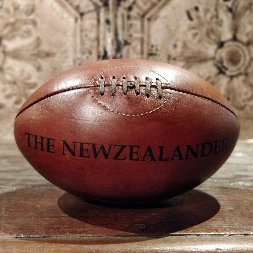 Reproduction de balle de rugby en cuir des années 50