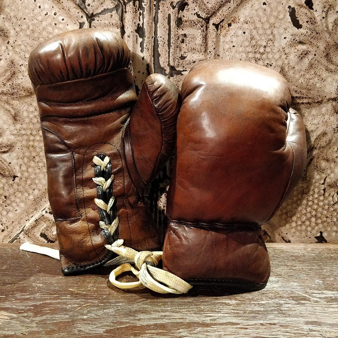 Reproduction de gants de boxe en cuir des années 50