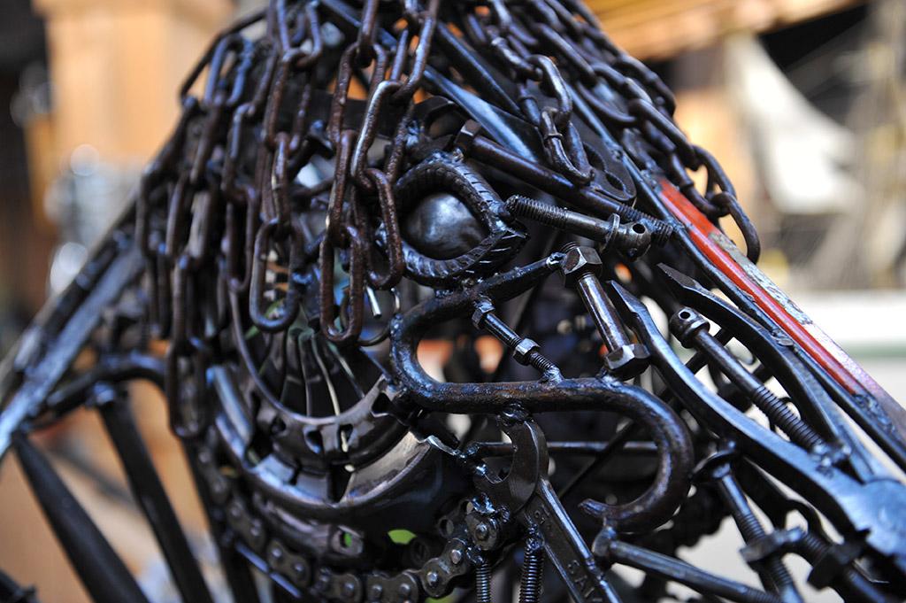 Sculpture industrielle d'une tête de cheval