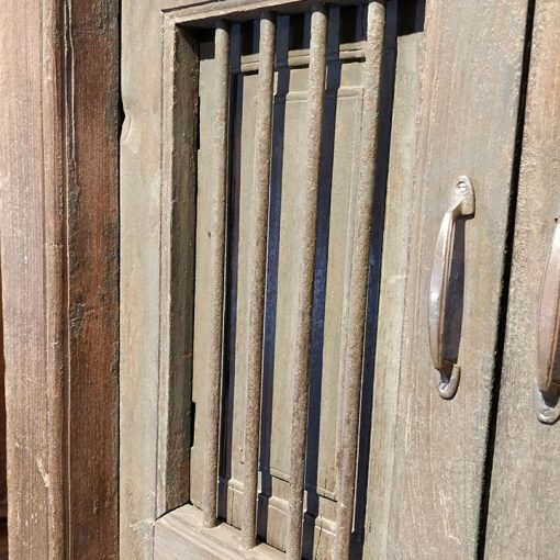 Fenêtre en bois avec sa balustrade