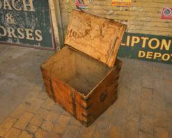 Coffre en bois à armatures en fer - Julien Cohen Mes Découvertes Marché aux puces de Saint Ouen