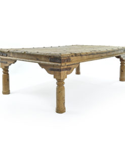 Longue table en bois cloutée