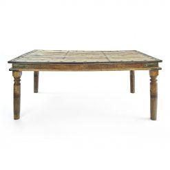 Table en bois sculptée et cloutée - Julien Cohen Affaire Conclue