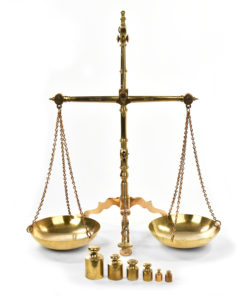 Balance anglaise en laiton - Marché aux puces Saint Ouen - Mes Découvertes