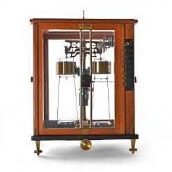 Balance scientifique dans sa vitrine en bois