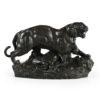 Sculpture en bronze d'un tigre surplombant sa proie signé Barye